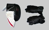 Bild einer Fechtmaske und von Lacrosse-Handschuhen